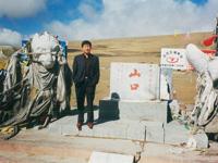 在昆仑大地震拦腰截断的昆仑山纪念碑前留念